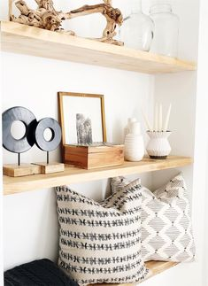 Warm wood, warm wood decor black and white interior, black decor, wood inte Cozy Living Rooms, Home Living Room, Living Room Decor, Warm Home Decor, Diy Home Decor, Black And White Pillows, Family Room Design, Home Decor Inspiration, Decor Ideas