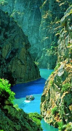 The Douro is one of the major rivers of the Iberian Peninsula, in Spain and in Portugal,  creating vertiginous gorges and deep valleys in its wake and surrounded by vineyards and charming villages.