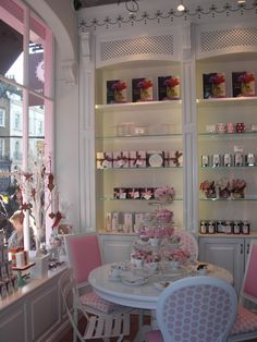 Sunday my friend and I met up with some friends at Peggy Porschen Cakes before we wandered through the Belgravia Christmas Market. Cake Shop Design, Bakery Design, Cafe Design, Bakery Store, Bakery Cafe, Cute Bakery, Peggy Porschen Cakes, Bakery Interior, Fab Cakes