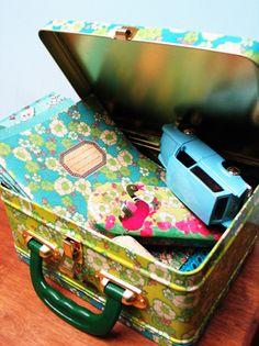 Schriften van gerecycled papier en tinnen koffertjes van het Belgische merk Froy & Dind