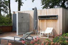 ConcreetDesign buitendouche met wandpanelen van #beton #tuin