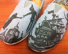 Peter Pan Toms, Toms de Disney, Custom Toms, zapatos de vacaciones de Disney, mano pintada Toms, campanita, Capitán Garfio, Wendy, Neverland, Disneyland