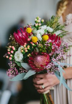 Here are magnificent floral trends we are swooning for. Protea statement flowers for your bridal bouquet Cheap Wedding Flowers, Bridal Flowers, Floral Wedding, Trendy Wedding, Wedding Rustic, Summer Wedding, Wedding Colors, Bouquet Bride, Wedding Bouquets