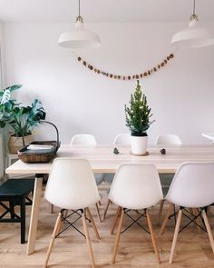 YPPERLIG table is a modern version of the traditional Scandinavian plank table. Ikea Dining Table, White Dining Table, Dining Table With Bench, Dining Nook, Dining Room Chairs, Open Plan Kitchen Diner, Open Plan Kitchen Living Room, Kitchen Dining Living, Scandinavian Dining Table