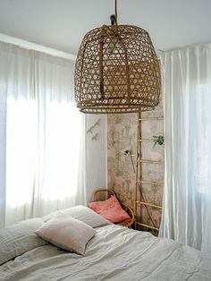 chambre_style_californien_papier_peint_cactus-1-2 Style Californien, Deco Cool, Bedroom Design Inspiration, Bathroom Collections, Nature Decor, Style Vintage, Decoration, Hanging Chair, Design Projects