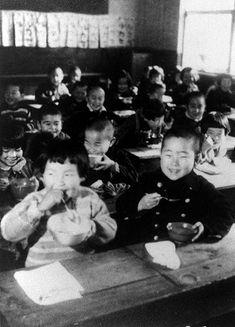 1947年、給食を食べる小学生たち。