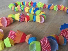 Faschingsgirlande aus Muffinförmchen Fasching Karneval Party Dekoration für Kinder