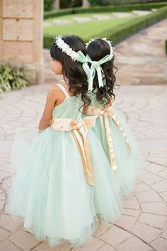 Mint-colored dresses with peach sashes for the flower girls | Photo by Amanda Watson