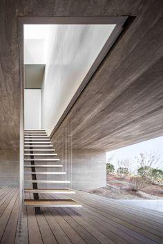 Прямолинейная открытость конструкции лестницы на одном косоуре в загородном доме
