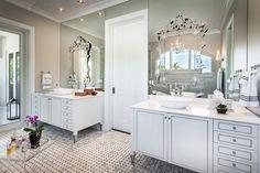 Banheiros com armários clássicos - veja modelos com essa tendência!