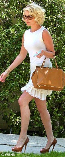 Katherine Heigl looks incredible in her chic white dress and sexy pumps. Love the curls in her hair. And she seemed like she was in a good mood. New Outfits, Summer Outfits, Katherine Heigl, Hair Styles 2014, Female Actresses, Classy Women, Star Fashion, Fashion Trends, Beautiful Celebrities