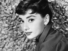 15 Old Hollywood beauty secrets: After applying mascara, Audrey Hepburn would use a pin to separate each individual lash giving her fuller lashes. Old Hollywood, Viejo Hollywood, Hollywood Stars, Classic Hollywood, Audrey Hepburn Hair, Audrey Hepburn Photos, Aubrey Hepburn, 1950s Hairstyles, Breakfast At Tiffanys