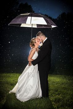 What a way to capture true love during the pouring rain! Happy Days Lodge| Jennifer + Shawn| www.zemkophoto.com