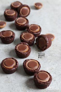 Toffifee Mini Brownie kousne Pečeme ke kořenům Mini Brownie Bites, Mini Brownies, Healthy Dessert Recipes, Baking Recipes, Muffin Recipes, Delicious Desserts, Snacks Für Party, Dessert Party, Dessert Bread
