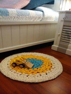 Alfombra decorativa realizada con cintas de poliester 100%