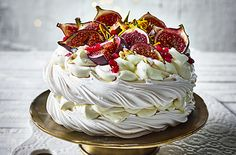 Fig and cardamom pavlova Need a stunning Christmas dessert in a hurry? This gorgeous fig and cardamom pavlova recipe can be whipped up in just 30 minutes as it uses ready-made meringues and gorgeous fresh fruits for a delicious festive pud. Meringue Desserts, Just Desserts, Dessert Recipes, Meringue Pavlova, Snacks Recipes, Meringue Food, Meringue Kisses, Healthy Desserts, Food Cakes