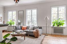Unik möjlighet att förvärva detta drömboende med anor från 1600-talet och fantastiskt läge vid Gavleån. Här bor ni i en historisk miljö inom det medeltida Gävle som skonades från den stora stadsbranden 1869. Ståtlig villa, byggd 1816, som präglas av tidstypisk charm, högt i tak, höga golvsocklar, vackra trägolv och marmorklädd öppen ...