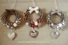 Le cose piccinine: Ghirlande in serie ma non troppo – – Little things: wreaths in series but not too much – – Diy Wreath, Ornament Wreath, Grapevine Wreath, Christmas Flowers, Christmas Holidays, Christmas Branches, Xmas Wreaths, Paper Wreaths, Xmas Crafts