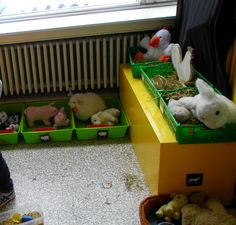 Themahoek: een boerderij. Op de grond: de wei met koeien, varkens en schapen (met symbool om op te ruimen en voederbak), op de tafel: kippenhok, haan, konijn. (ook met symbolen en stro) vooraan: hondenmand