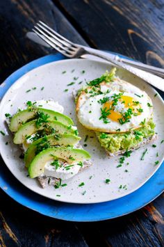Healthy Avocado Breakfast that gives you the best start of the day! This healthy avocado breakfast consists of avocado, egg, rye, chives and smoked cheese. Avocado Breakfast, Healthy Breakfast Recipes, Brunch Recipes, Healthy Recipes, Clean Eating, Healthy Eating, Food Porn, Food Inspiration, The Best