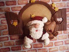 Que encantadora esta peça feita de biscuit! O Papail Noel na Janela e uma rena!    Visitem nosso portal que está conectando sonhos neste natal:  www.emailaopapainoel.com.br