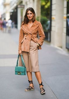 Street Style : Paris Fashion Week -Haute Couture Fall/Winter Bermuda shorts of the street 2020 Fashion Trends, Spring Fashion Trends, Spring Trends, Gala Gonzalez, Hailey Baldwin, Dior, Bermuda Jeans, Best Leather Jackets, Lovers And Friends Dress