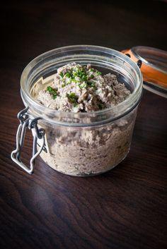 Simple à faire et super économique, à tartiner sur du pain grillé, mmmm ! Les ingrédients : 300 à 400 gr de champignons de Paris frais (ou éventuellement surgelés) 100 gr de graines de tournesol (t…