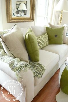 The weekend is a perfect time to rearrange a room and refresh your home.Neutral and green pillows on a neutral sofa with a green throw. Living Room Green, Green Rooms, Home Living Room, Living Room Designs, Cream Sofa Living Room Color Schemes, Cushions On Sofa Color Schemes, Creme Sofa, Neutral Sofa, Neutral Pillows