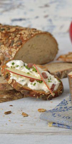 Du suchst noch nach einem leckeren Aufstrich für deinen Osterbrunch? Dann probier diesen fruchtigen Ricotta-Aufstrich mit Äpfeln, Bacon und Schnittlauch. Tipp: Passt perfekt zu Kürbisbrot!