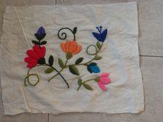 Bordado en lana Bordados E Cia, Wholesale Supplies, Folk Fashion, Printable Crafts, Kids Prints, Floral Design, Embroidery, Cool Stuff, Sewing