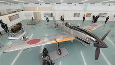 報道陣に公開された三式戦闘機「飛燕」=13日午後、神戸市中央区(安元雄太撮影)
