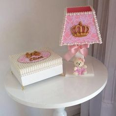 Abajour e caixinha de laço da princesa Elisa, by vovó! #enxoval #artesanatobrasileiro #criacoes #resina #mdf#quartodemenina#quartodeprincesa#maedemenina#feitopormim#perolas#abajour#caixadelaço#renda#laços#caixaluxo#caixasespeciais#caixasdecorativas #caixaperolas#caixaorganizadora #caixaestilosa #presente #feitaamao #caixacompérolas #caixamdf #caixaspersonalizadas #caixa#decorbaby#enxovaldebebe#caixasdelicadas#caixaportalacos