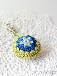 Crochet Bags Design Crochet accent for bags by Anabelia Crochet Coin Purse, Crochet Keychain, Crochet Earrings, Crochet Books, Crochet Gifts, Crochet Mandala, Crochet Motif, Pikachu Crochet, Crochet Shell Stitch