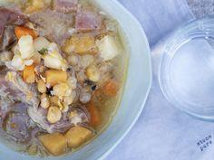 Tradisjonell gul ertesuppe med salt svineknoke er skikkelig god og raus middagsmat som er perfekt Scandinavian Food, Pot Roast, Soups, Salt, Ethnic Recipes, Carne Asada, Roast Beef, Soup, Salts