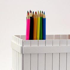 Pastelníkovník+-+tužkovník+-+bílý+Originální+dřevěný+dvojitý+pastelníkovníkzdobený+nalepeným+malým+plotem.+Natřenýnátěrovou+barvou+vodou+ředitelnou,+zdravotně+nezávadnou.+Na+závěr+nalakován+matným+bezbarvým+lakem.+Plot+je+ruční+výroba,+nestejná+výška+jednotlivých+dřevíček+je+záměrem.+Velikost:+23+x+11,5+x+11,5+cm