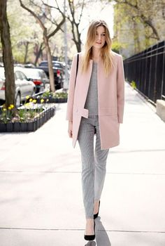 Camille wearing a pink pastel coat with a grey outfit! Fast Fashion, Star Fashion, Winter Fashion, Fashion Story, Modern Fashion, Street Style, Street Look, Mode Outfits, Coats