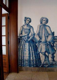 Instituto de Odivelas,  duas personagens em azulejo, a figura de convite, situadas  no patamar superior do Instituto.
