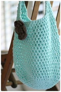 Easy to make, this cute crochet bag is one you take to the farmers market, brunch, the library, your next crochet party....you name it!