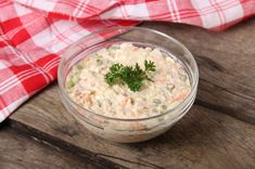 A klasszikus franciasaláta receptje: sültek mellé, hidegtálra - Recept | Femina Hummus, Carne, Risotto, Potato Salad, Lunch Box, Low Carb, Snacks, Ethnic Recipes, Food
