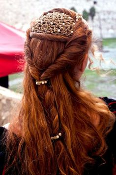Red hair and renaissance do. Pretty Hairstyles, Wedding Hairstyles, Style Hairstyle, Bridal Hairstyle, Elvish Hairstyles, Roman Hairstyles, Crazy Hairstyles, Black Hairstyle, Hairstyles Haircuts