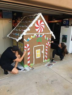 christmas costumes gingerbread My girlfriend and i built a lifesized gingerbread house for the lawn Gingerbread Christmas Decor, Grinch Christmas Tree, Candy Land Christmas, Outside Christmas Decorations, Christmas Yard Art, Kids Christmas, Christmas Crafts, Christmas Costumes, House Decorations