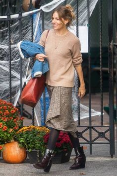 Sienna Miller Capsule Wardrobe: She wears traditional checks in every guise Estilo Sienna Miller, Sienna Miller Style, Zooey Deschanel, Celebrity Dresses, Celebrity Style, Cool Outfits, Casual Outfits, Bleached Jeans, Stock Foto
