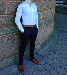 Comprar ropa de este look: https://es.lookastic.com/moda-hombre/looks/camisa-de-vestir-azul-pantalon-chino-azul-marino-zapatos-oxford-marron-claro-correa-marron/347 — Camisa de Vestir Azul — Pantalón Chino Azul Marino — Zapatos Oxford de Cuero Marrón Claro — Correa de Cuero Marrón