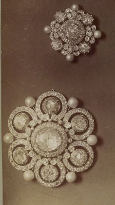 Diamants de la Couronne: The French Crown Jewels - another central plaque of a large diamond, pearl and jeweled chain belt or girdle