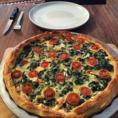 Quiche mit Spinat, Feta, Tomaten und Pinienkernen Quiche with spinach, feta, tomatoes and pine nuts (recipe with picture) Pine Nut Recipes, Pecan Recipes, Tart Recipes, Brunch Recipes, Healthy Recipes, Quiches, Vegetarian Brunch, Spinach And Feta, Queso
