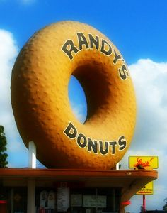 Randy's Donuts was right around the corner from my house. Roadside Signs, Roadside Attractions, Vintage Diner, Vintage Signs, Randys Donuts, Diner Sign, Diner Restaurant, Unusual Buildings, Neon Design