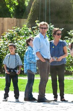 Simon Baker Photos Photos - Simon Baker visits the Musee Rodin with his wife Rebecca Rigg and sons Claude (b. 1998) and Harry (b. 2001.). - Simon Baker and Family Visit the Musee Rodin