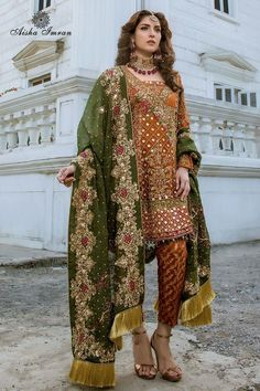 Rust chiffon angarkha paired with jamawar pants and mehndi color dupatta. Pakistani Mehndi Dress, Pakistani Party Wear Dresses, Bridal Mehndi Dresses, Shadi Dresses, Designer Party Wear Dresses, Pakistani Wedding Outfits, Pakistani Wedding Dresses, Pakistani Dress Design, Indian Dresses