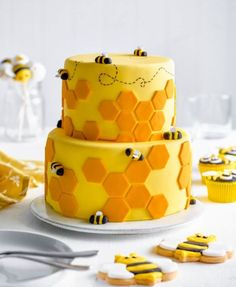 We're a buzzzz with excitement to share this cake! 🐝⠀ This tiered honey… - Cake Decorating Cupcake Ideen Tray Bake Recipes, Easy Cheesecake Recipes, Cake Mix Recipes, Chocolate Chip Cookies, Chocolate Cookie Recipes, Cookies And Cream Cake, Cake Mix Cookies, Blueberry Cream Pies, Cake Decorating For Beginners
