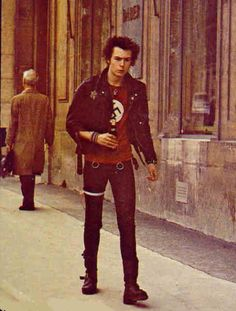 Sex pistols bassist Sid Vicious, in an ironic Nazi shirt! Punk Rock, Punk Subculture, Sid And Nancy, Johnny Rotten, 70s Punk, Rockn Roll, Music Photo, Rock Music, Hugo Boss